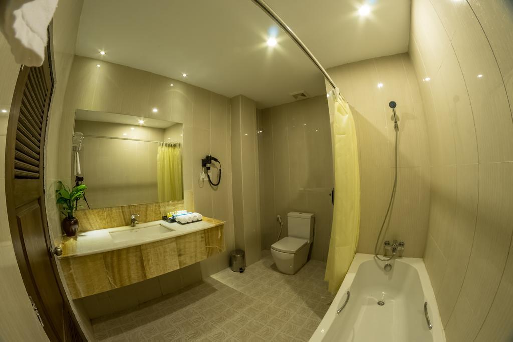 0d11e-bagan-airport-hotel-bathtub.1jpg.jpg