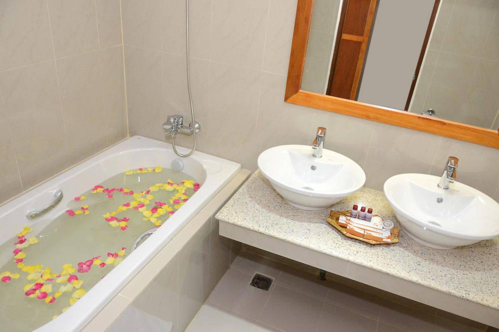 162b9-Reno-Hotel-bath.jpg