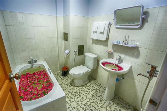 32206-shwe-hnin-si-hotel--bathtub.jpg