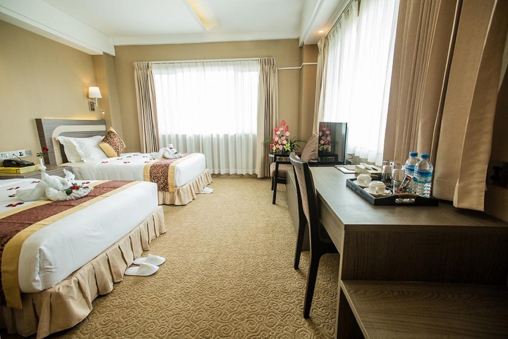 41e0e-Hotel-Hazel-Triple-Room.jpg