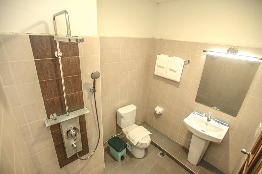 43c61-noble-mingalar-hotel-shower.jpg
