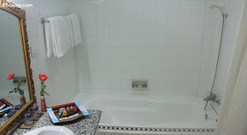 46704-bagan-umbra-hotel-bathtub.jpg