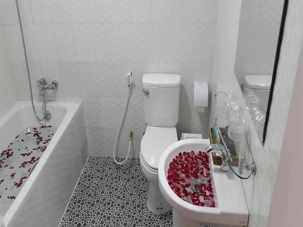 4f65c-mega-stars-hotel-bathtub.jpg
