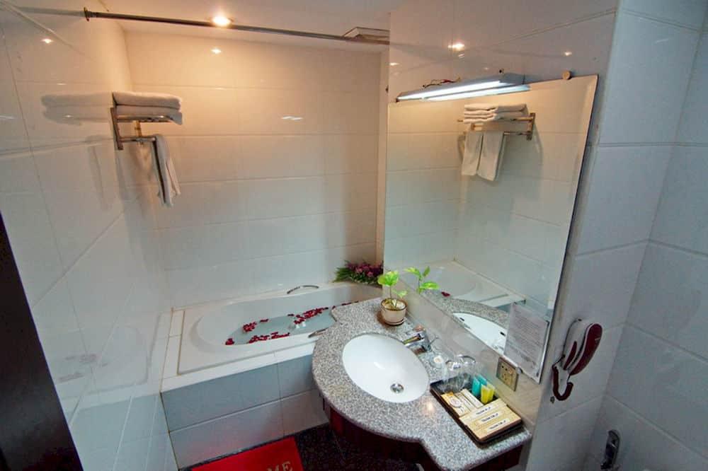 55dd2-m3-hotel-mdl-bathtub-2.jpg