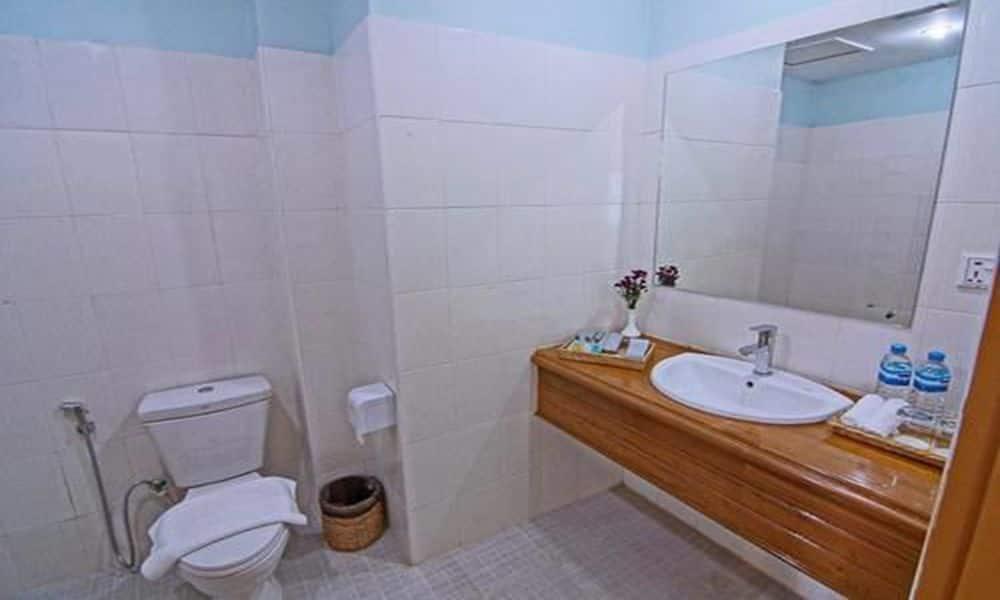 640cd-Hotel-Dingar-Shower.jpg