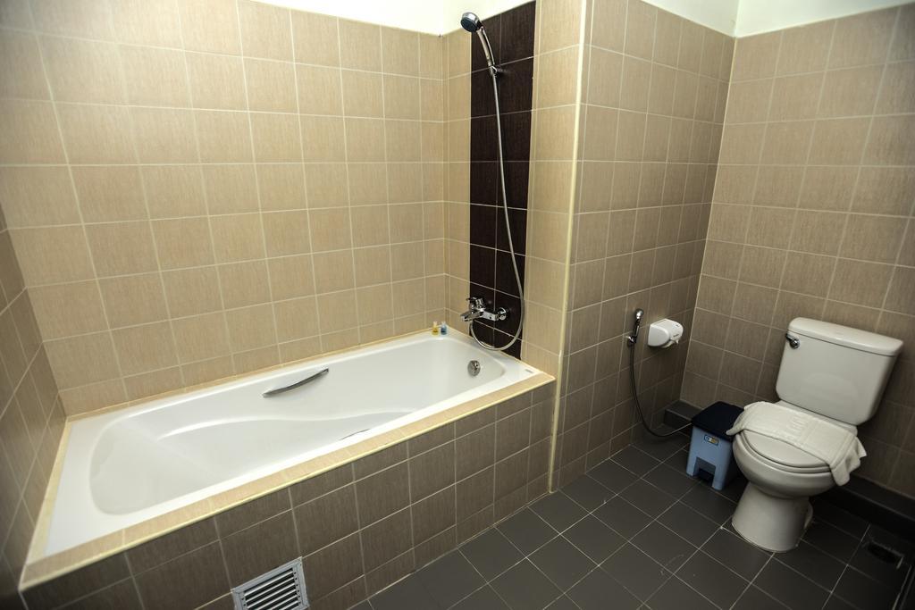 6bdb6-noble-mingalar-hotel-bath-room.jpg
