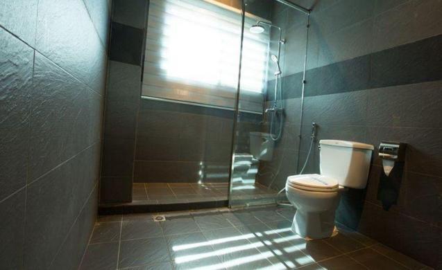 819e5-sein-sein-hotel-mdl-shower.JPEG