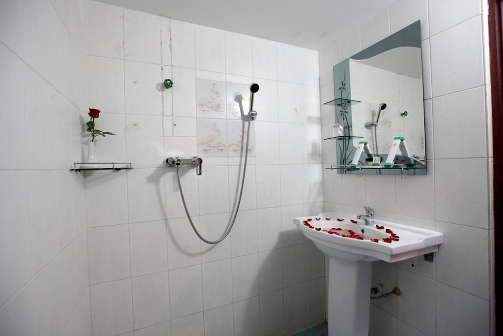84937-Eden-Paalce-Shower.jpg
