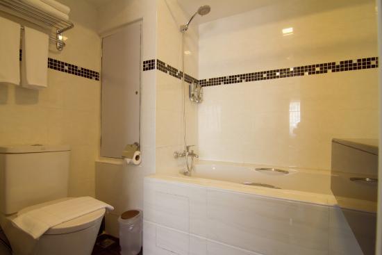 8a82d-Hotel-Accord.Bath-Roomjpg.jpg