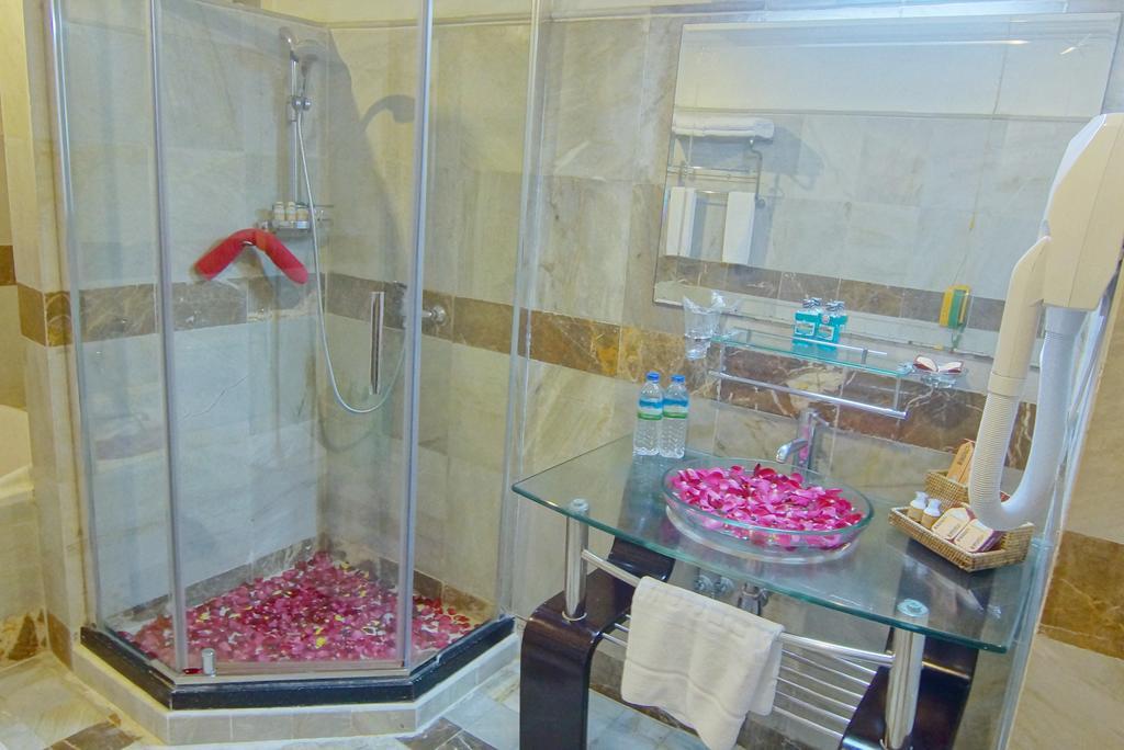 910a4-Hotel-Mandalay-Shower.jpg