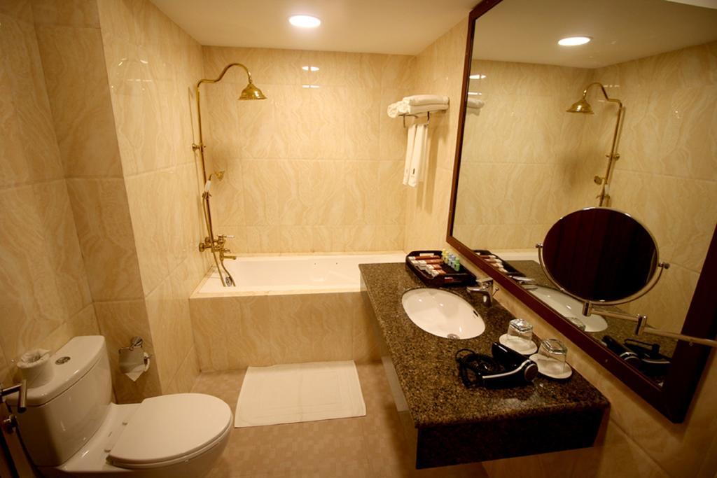 baf5e-famous-hotel-bagan-bathtub-1.jpg