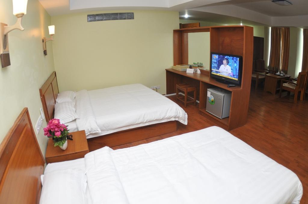 c7474-shwe-phyu-hotel-mdl-room-1.jpg