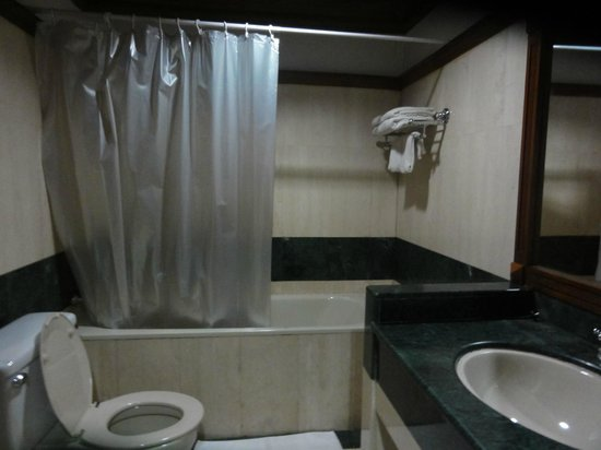 cc58b-Yuzana-garden-hotel-bathroom.jpg