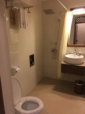 cea58-hotel-yadanarbon-bagan-shower.jpg