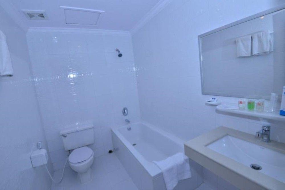 e2158-pacific-hotel-room-mdl--bathtub.jpg