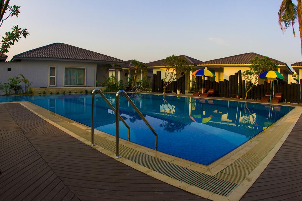 e9b58-Triumph-Hotel-Swimming.jpg