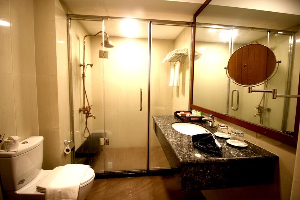 e9e75-famous-hotel-bagan-shower-1.jpg