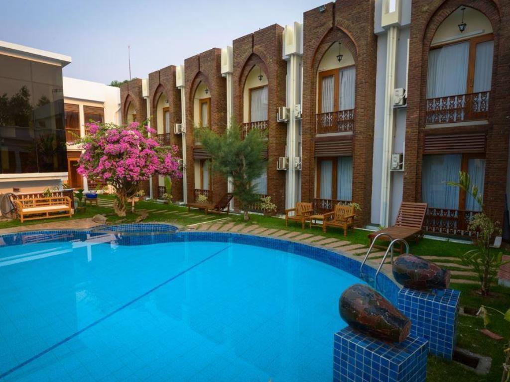 f2f21-razagyo-hotel-view-of-swimming-pool-2.jpg